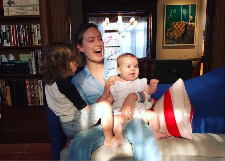 Olivia Wilde riendo mientras esta con sus dos hijos