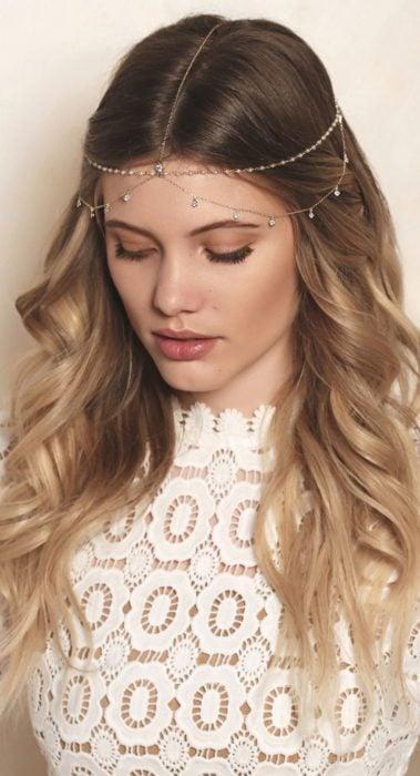 Corona de cadenita delgada con cabello suelto
