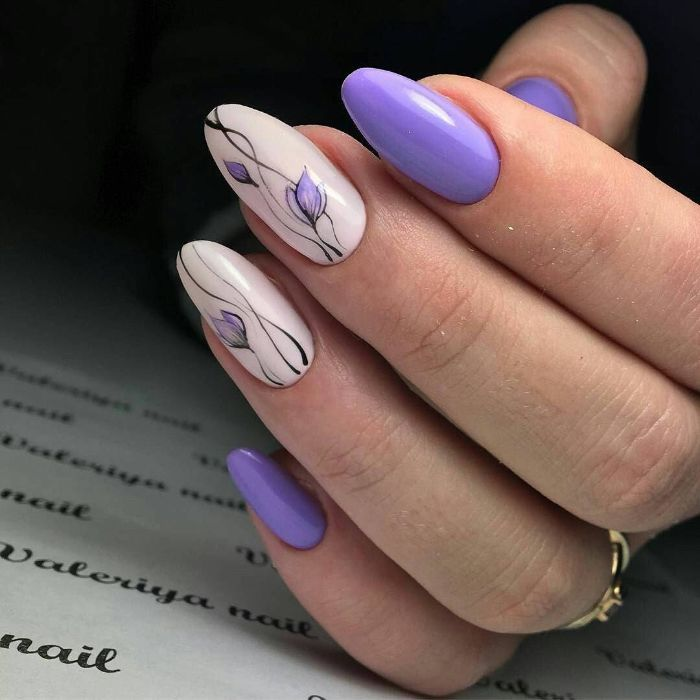 Manicure in lilac tones with flower details