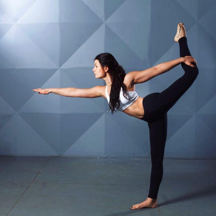 Mujer realizando asanas de yoga