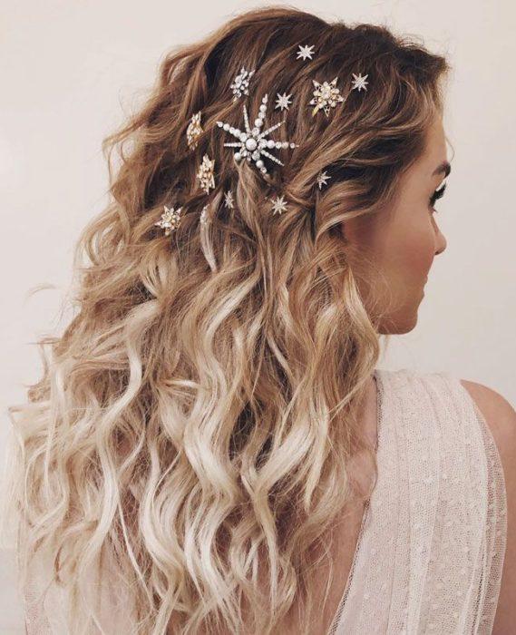 cabello suelto y pincitas de adorno