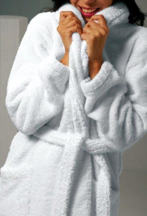 Mujer secando su piel con su bata