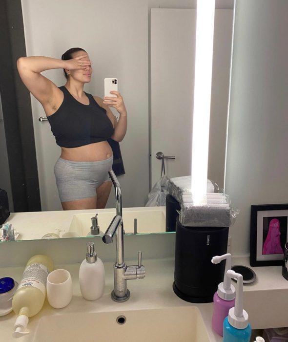 Ashley Graham tomando una selfie después de algunas semanas de postparto