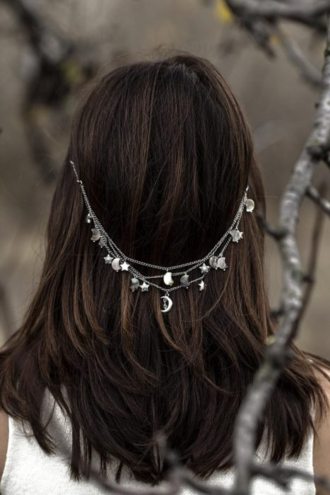 Loose chain decorating loose hair