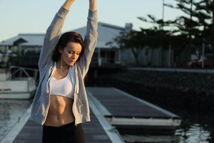 Mujer estirándose después de haber realizado ejercicio