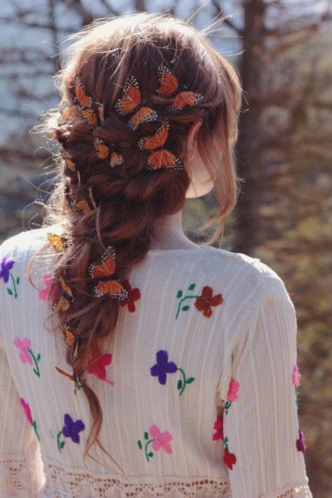 Trenza desenfadada y pincitas de mariposa de adorno