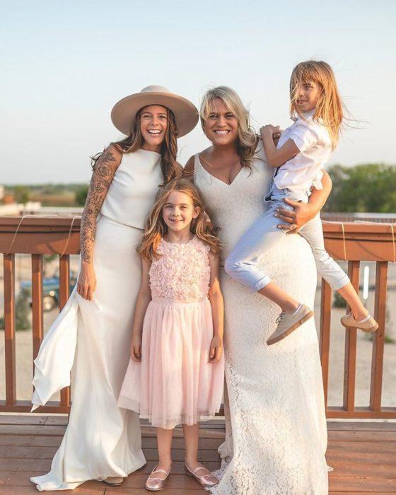 Bri y Lindsey con sus hijas