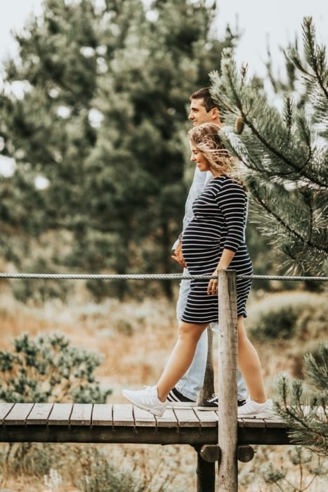 Pareja embarazada caminando