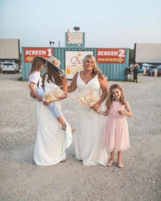 Brie y Lindsey, con sus hijas en el autocinema