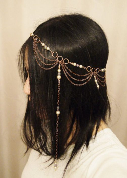 Loose hair decorated with pearl chains