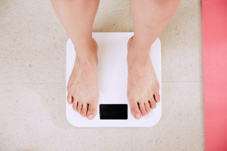 Mujer sobre pesa