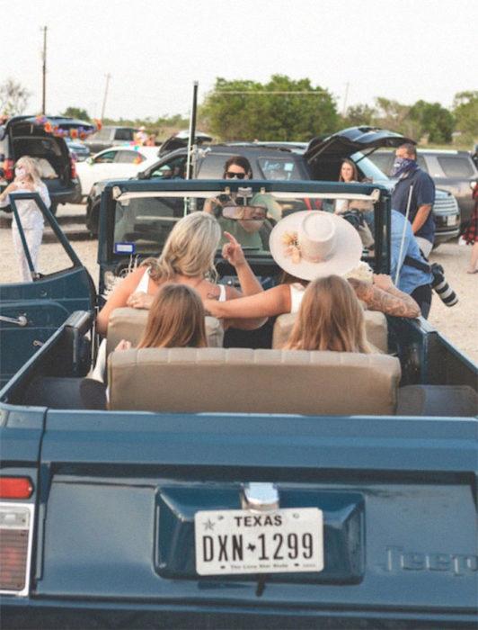 Bri y Lindsey con sus hijas en el auto