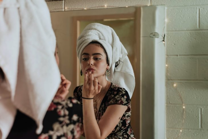 Chica realizando su rutina de skin care por la mañana