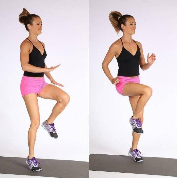 Chica realizando saltos con elevación de rodillas