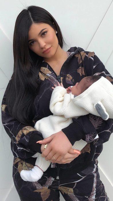 Kylie Jenner con Stormi, días después de su nacimiento