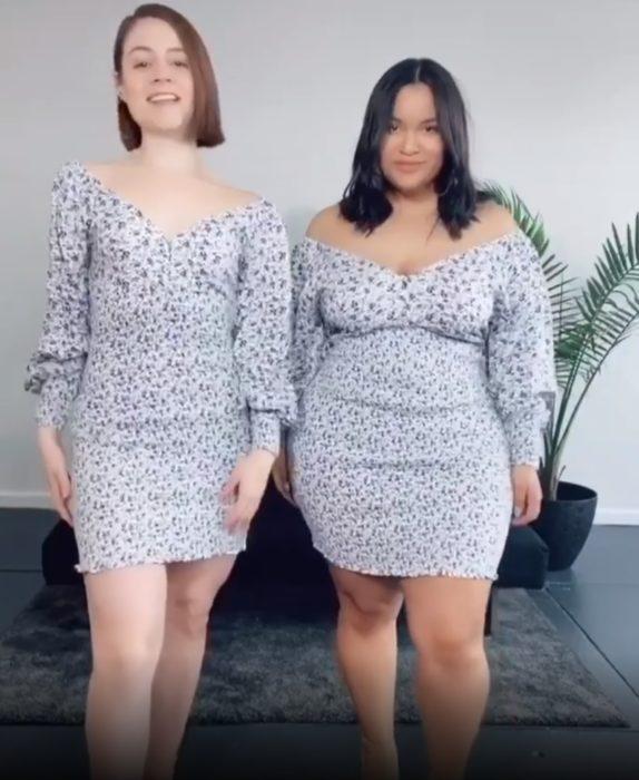 Maria y Denise usando un vestido en tonos grises