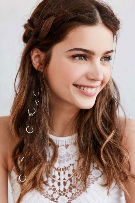 Side braid with chain decoration