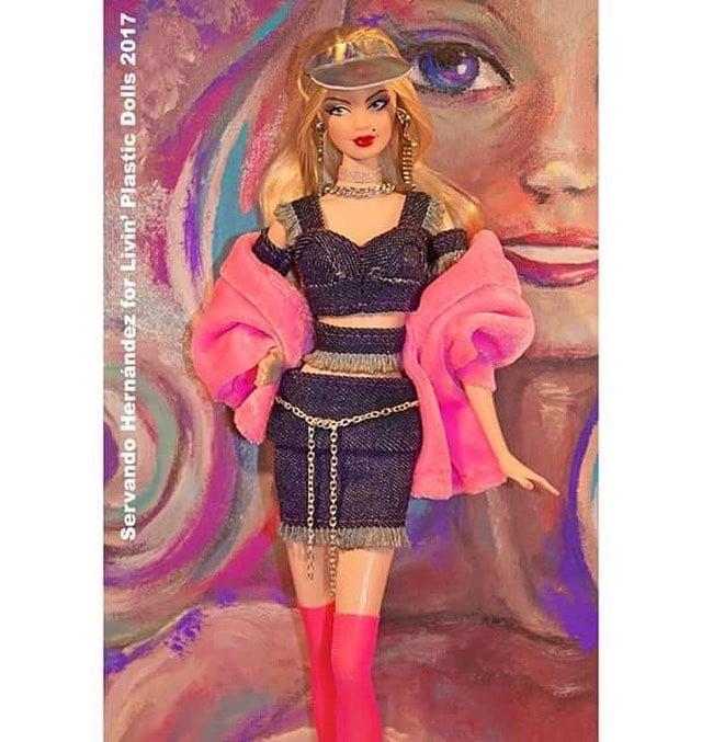 Barbie caracterizada con vestuario de los 90