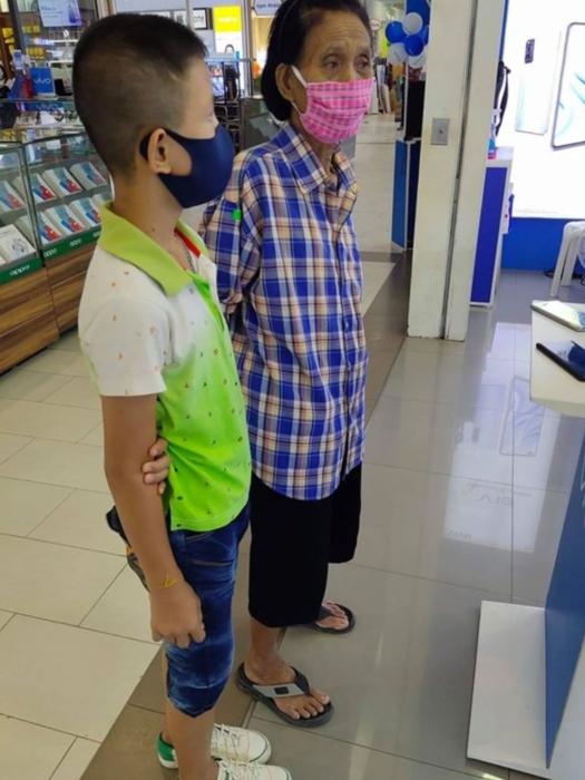 Abuela y nieto no tienen suficiente dinero para comprar un celular para clases en línea