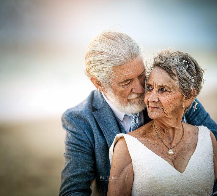 fotografía pro Abigail's Collection & The Groom's Room, pareja de abuelo abrazados con las mejillas juntas