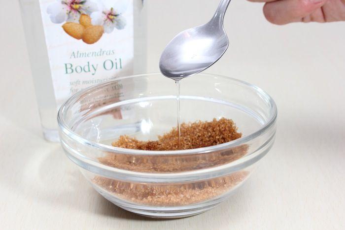 Azúcar morena y aceite de almendras