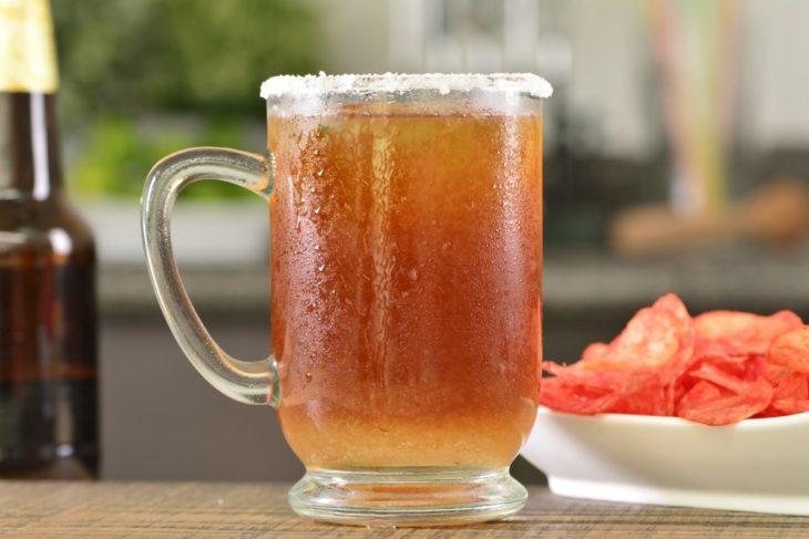 Vaso de cristal con un Cóctel bull con cerveza