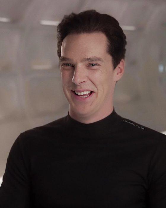 Benedict Cumberbatch usando suéter negro y sonriéndo