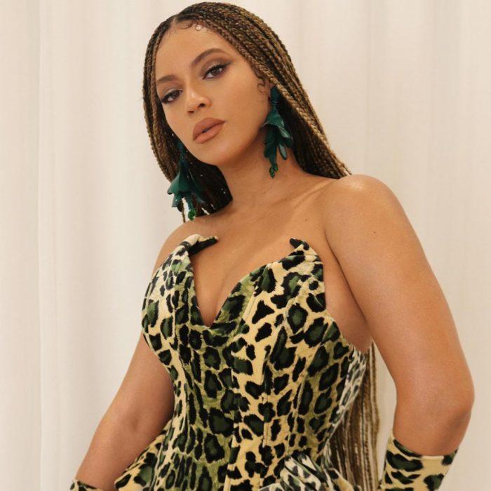 Beyoncé usando un strapless en escote V