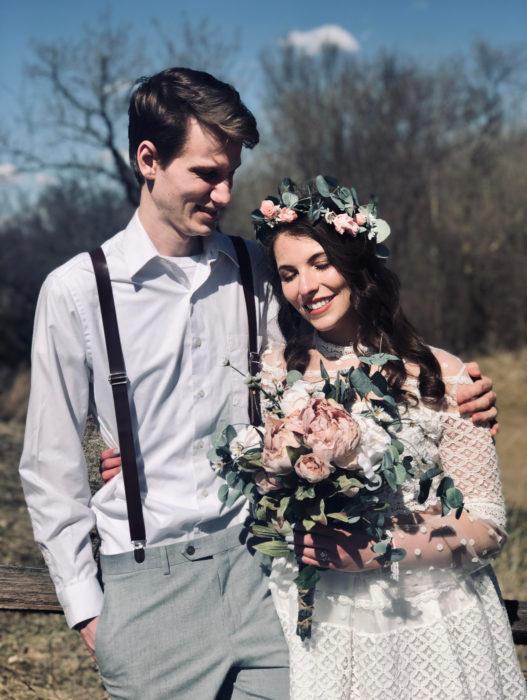 Parejas se casan en medio de cuarentena por coronavirus; hombre con traje de tirantes, mujer con vestido blanco y corona de flores en la cabeza