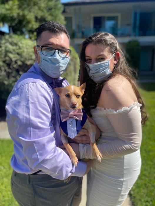 Parejas se casan en medio de cuarentena por coronavirus; esposos con tapabocas y perro con traje en brazos