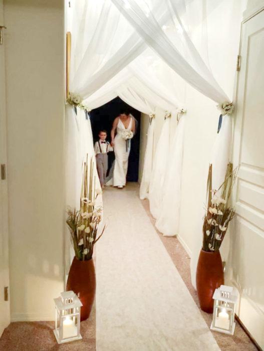 Parejas se casan en medio de cuarentena por coronavirus; mamá caminando al lado de su hijo con vestido blanco de novia
