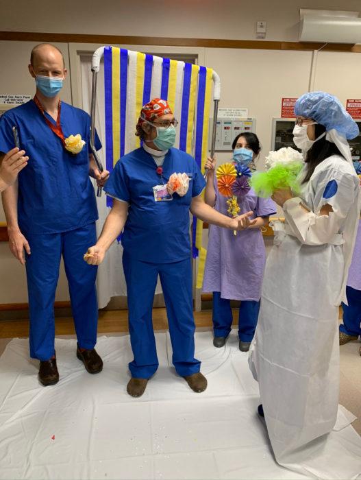 Parejas se casan en medio de cuarentena por coronavirus; enfermeros