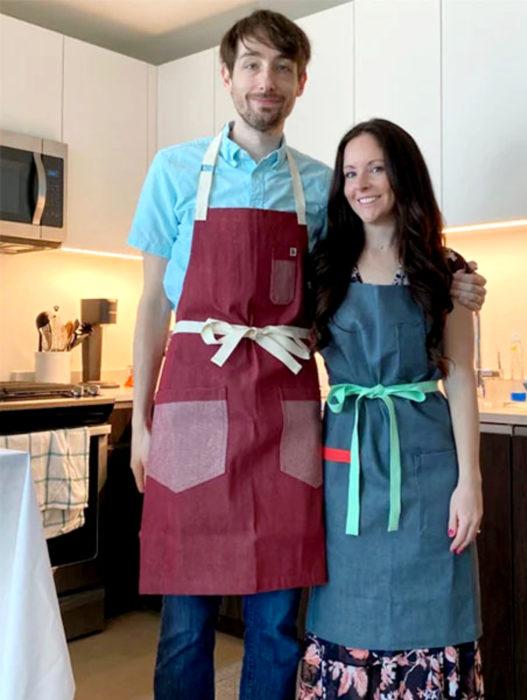 Parejas se casan en medio de cuarentena por coronavirus; esposos con mandiles para cocinar