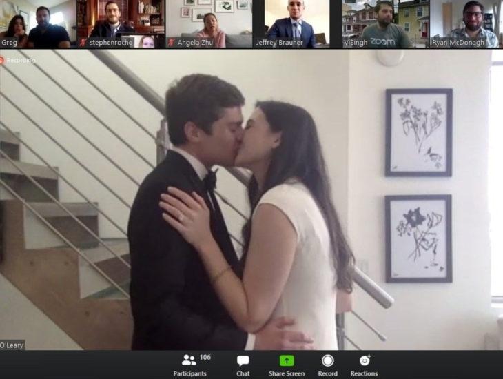 Parejas se casan en medio de cuarentena por coronavirus; esposos dándose un beso