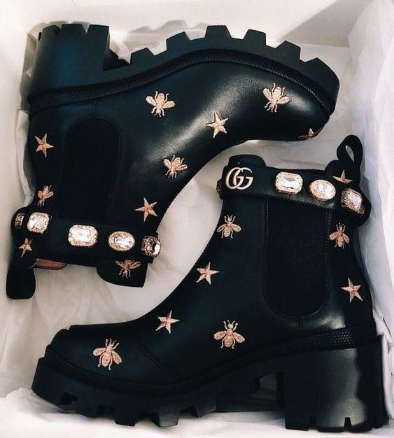 Botines Gucci con decoraciones de estrellas y abejorros en hilo dorado