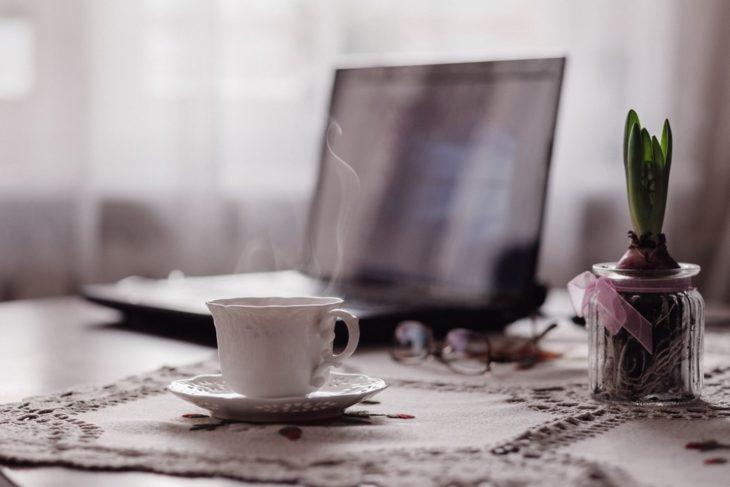 Taza de té y ordenador