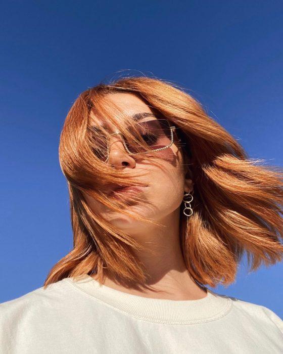 Chica con melena larga tono cinnamon