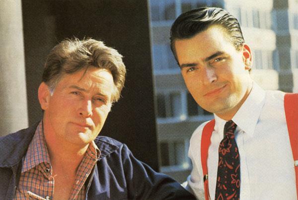 Martin y Charlie Sheen juntos, sonriendo y posando para un poster promocional de la película Wall Street