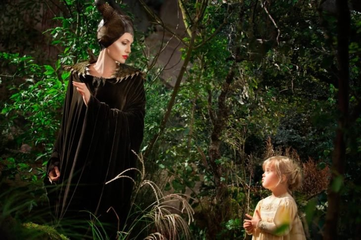 Angelina y Vivienne Jolie-Pitt mirándose a los ojos en un jardín en una escena de la película Maléfica
