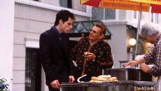 Ben y Jerry Stiller comiendo hot dogs en la calle en una escena de la película Zoolander