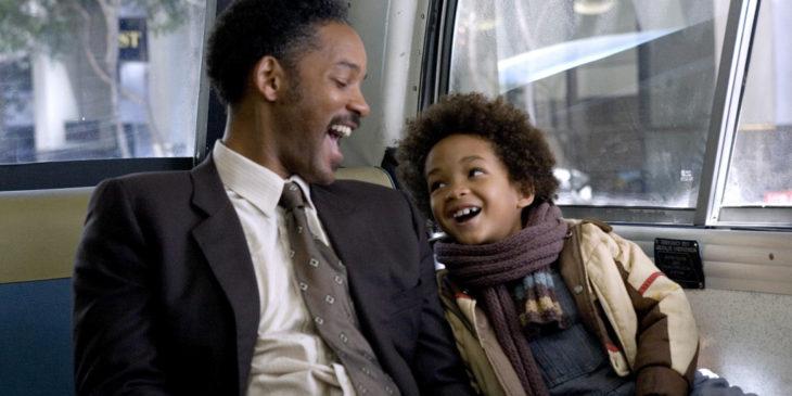 Will y Jaden Smith abrazados, sentados en un camión en la película En busca de la felicidad