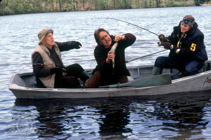 Kirk, Michael y Cameron Douglas en un lago, pescando sobre un bote en la película This return the family