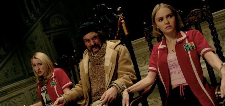 Johnny y Lili Rose-Depp en la película Yoga Horses atados en sillas de madera