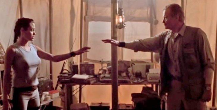 Angelina Jolie y Jon Voight saludándose en una escena de la película Lara Croft