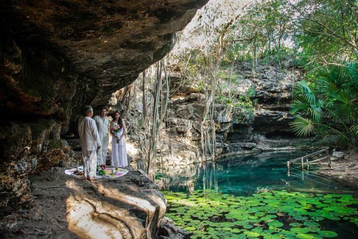 Pareja de novios en una ceremonia maya