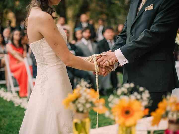 Pareja de novios en una Ceremonia handfasting
