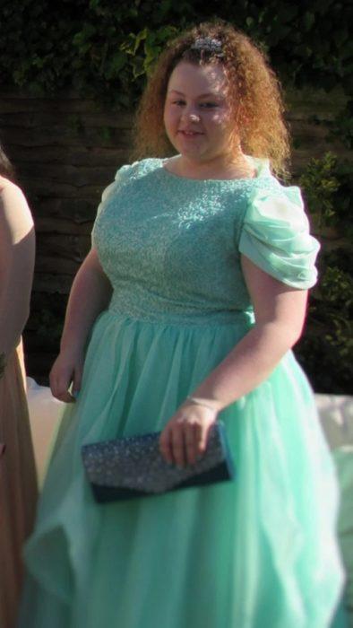 Trinity Wills usando un vestido verde el día de su graduación