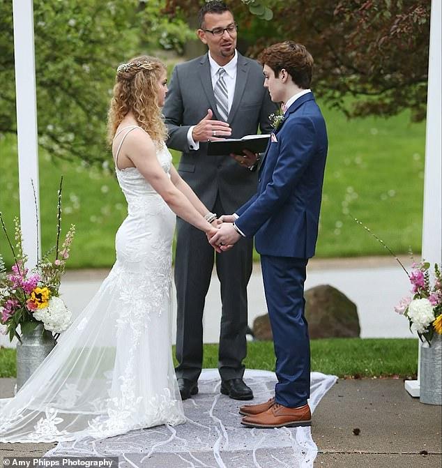 Chase y Sadie intercambian votos en el altar