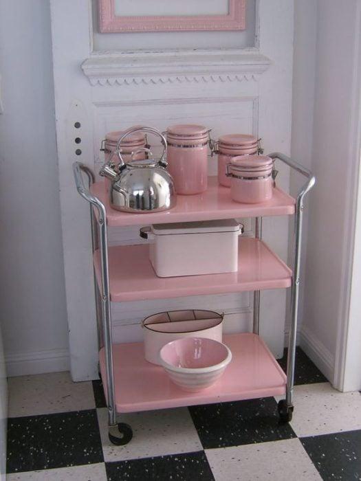 Carrito para acomodar trastes de color rosa