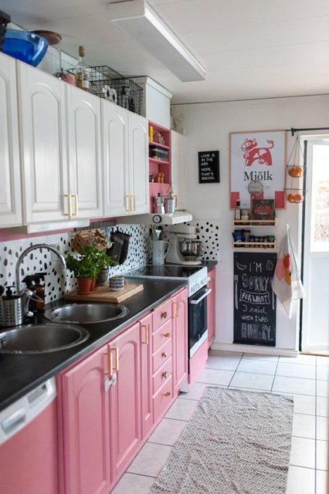 Cocina con gabinetes color rosa